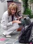 Beim Geocaching an einem bronzenen Straßenhund in Brüssel