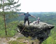 Björn springt auf den Rübezahlturm in den Affensteinen, eine spannende Bergfahrt nach Begehung der Häntzschelstiege
