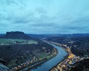 Blick von der Festung auf Königstein beim abendlichen Besuch des Weihnachtsmarktes