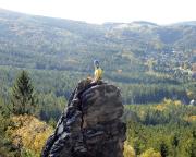 Almuth vor beeindruckender Kulisse auf dem schmalen Gipfel Scharfensteinnadel