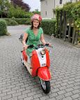 Auch eine Form der Lebensfreude – Almuth stolz mit ihrem neuen Motorroller