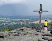 Im Juni am Gipfelkreuz auf dem Töpfer bei Oybin