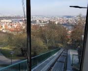 Blick auf die Prager Altstadt bei der Auffahrt mit der Petřín-Standseilbahn