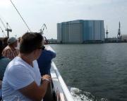 Kurztripp nach Wismar - Eine weitere Bootsfahrt führte uns zu einer Besichtigung des Wismarer Hafens, hier mit Blick auf die größte Dockhalle Europas.