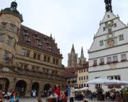 Blick vom Marktplatz auf Rathaus und Stadtkirche St. Jakob