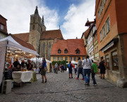 Nach einer mittelalterlichen Passage wieder am Markt an der St. Jakobskirche