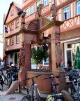 Am Engelsbrunnen, der deutlich zeigt: Wertheim ist mit Radfahrern überflutet