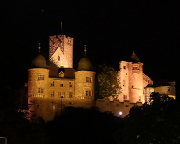 Nächtliches Wahrzeichen von Wertheim – die beleuchtete Burgruine