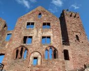 Bergfried und erhaltene Fassade eines der Haupthäuser