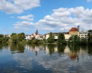 Mittagspause beim Stadtrundgang am Mainufer – Blick auf Kreuzwertheim