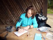 Eselsplatz Bild 1 – Christiane trägt uns in ein Logbuch ein.