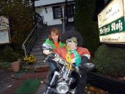 Spielspaß mit einer Hexe vor dem Hotel Weißes Ross in Altenbrak