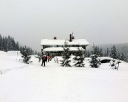 Nach meiner Rückkehr an der Smedava-Baude, man beachte die Anzahl der Ski und kann den Grad der Belagerung erahnen