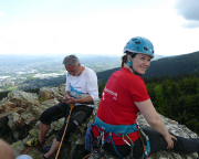 Beeindruckend an den Gipfeln hier ist die Aussicht, hinter Fechis Kopf am Horizont das Riesengebirge