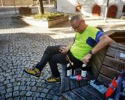 Igersheim, endlich eine Bierpause am Brunnen nahe eines Dönerstandes