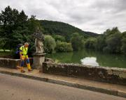 Auf der schönsten Brücke der Tour über die Tauber, direkt in Gamburg
