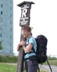 Der Große Inselsberg ist erreicht, Christiane an einem der schönen Rennsteigschilder