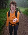 Da strahlt das Janchen trotz Regen: lecker Blaubeeren am Sperrhügel