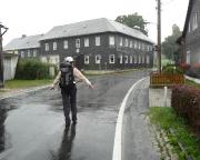Wieder strömender Regen - Ankunft in Brennersgrün. Im Hintergrund das urigste aller Quartiere.