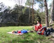 Auf der riesigen Festwiese vor dem Felsen ist ausreichend Platz für eine Pause