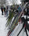 Ein typisches Bild für Skilanglauf – die Skidepots vor den Gasthäusern