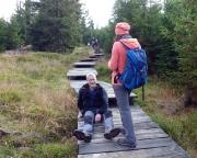 Der Abstieg auf geneigten glatten Holzbrettern entpuppt sich als spannende und lustige Rutschpartie