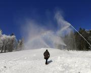 Schneefall im Sonnenschein – Schneekanonen am Severak