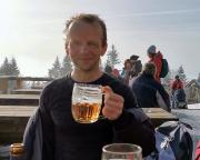 Das verdiente Gipfelbier auf Kralovka, was man nicht sieht – Steffen dampft