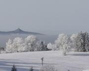 Sonne auf dem Berg, Nebel im Tal – Blick vom Skiareal Severak zum Jested
