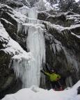 Wer es härter mag, findet nur wenige Meter weitere Eisfälle, hier die Aldikerze