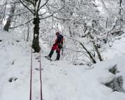 Abseilstand an einem Baum oberhalb des Eisfalles