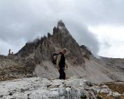 Geocachen an der Drei Zinnen Hütte, im Hintergrund der Gipfel des Paternkofels