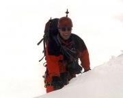 Johannisberg Nordwand - Thomas blickt über die Kante des Gipfelgrates