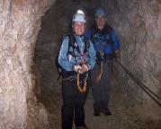 In einem der Tunnel des Nordwandsteiges beim Abstieg von der Alpspitze