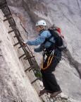 Simone auf den ersten Sprossen der langen Leiter der Alpspitz-Ferrata