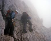 Quergang in der Alpspitz-Ferrata - in einer steilen Wand kurz vor dem Gipfelaufbau