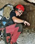 Kriechstelle durch einen dunklen Tunnel kurz vor Erreichen des Paternsattels
