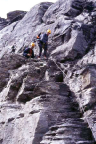 Abstieg über drahtseilversicherte Passagen vom Gipfel des Rotstock