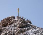 Der Gipfel der Zugspitze mit einem goldenen Gipfelkreuz