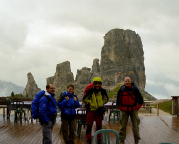 Torre Grande - Unser Team eingeregnet vor der Rifuigio Scoiattoli
