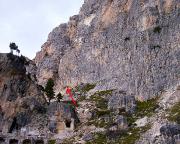 Blick auf den Einstieg der Südkante, Pfeil, oberhalb einer alten Militäranlage