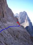 Blau zeigt den normalen Zustieg, rot den Beginn der Kletterei