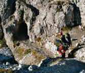 Beim Zustieg durch die Tunnel des Innerkofler-Klettersteiges