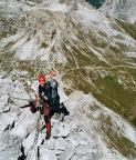 Steffen am Gipfelgrat, über seinem Kopf die Drei Zinnen Hütte