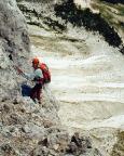 Ein italienischer Bergsteiger am Standplatz am Ende der Kaminseillängen
