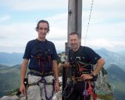 Hier dann auch noch unser Gipfelfoto am Gipfelkreuz des Roßsteins