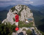 Blick vom Gipfel auf die Tegernseer Hütte und den Buchstein