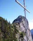 Blick vom Gipfelkreuz der Roßsteinnadel zur Tegernseer Hütte