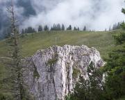 Blick zum Gipfelkreuz vom Klettersteig zur Tegernseer Hütte