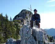Auf dem Gipfel der Roßsteinnadel vor der Tegernseer Hütte